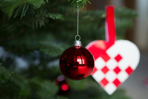 Glaskugle på juletræ