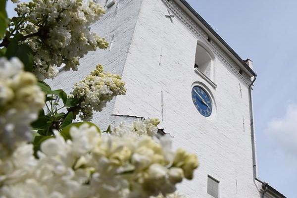 Hvalsø Kirke med hvid blomst ved siden af