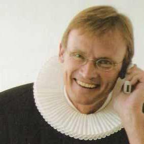Poul Joachim Stender med mobil i hånden