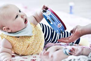 Baby med musikinstrument