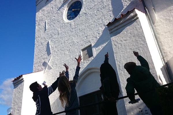 Konfirmander foran kirke - konfirmandforberedelse