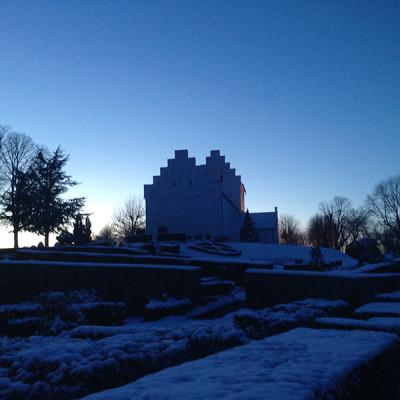 Hvalsoe-kirke-sne-blaa