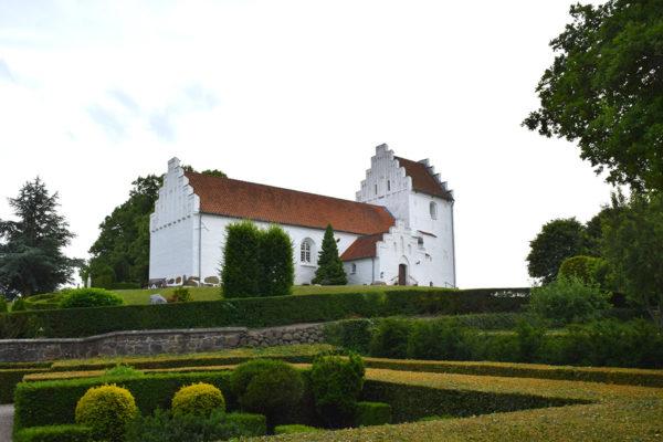 Hvalsø Kirke med grønne hække omkring