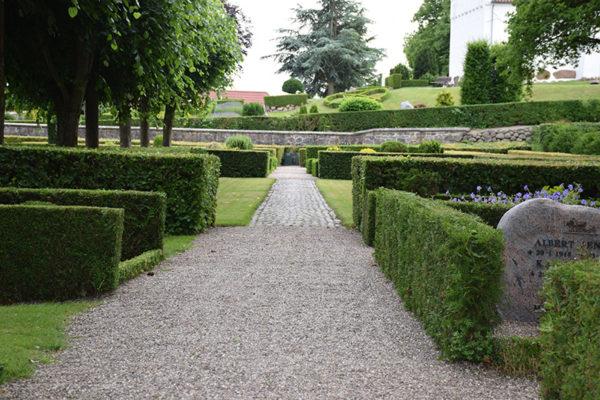 Grøn hæk på Hvalsø Kirkegård