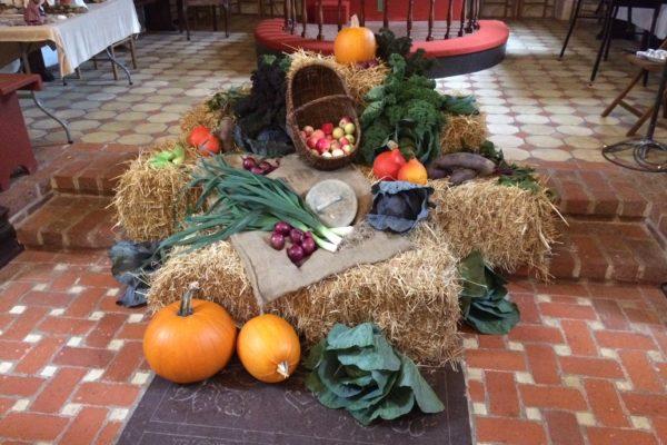 Pyntet kirke til høstgudstjeneste