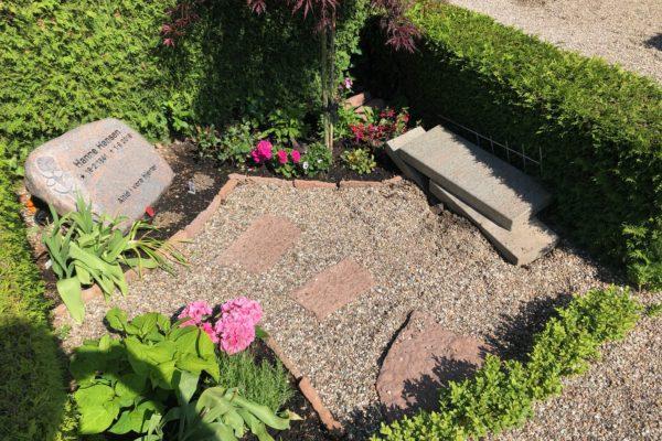 Billede af hærværk på gravsted på Hvalsø Kirkegård