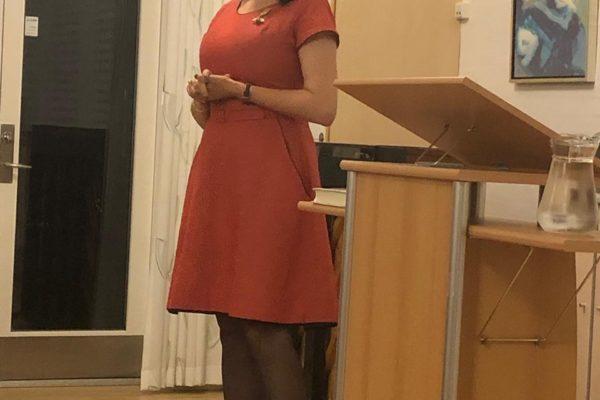 Billede af Leonora Christina Skov i forbindelse med foredrag i Hvalsø Sognegård