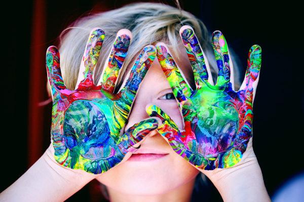 Billede af barn med maling på fingerne