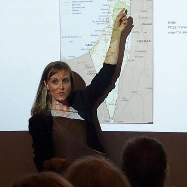 Foto: Manami Sakamoto. Sarah Arnd Linder holder foredrag.