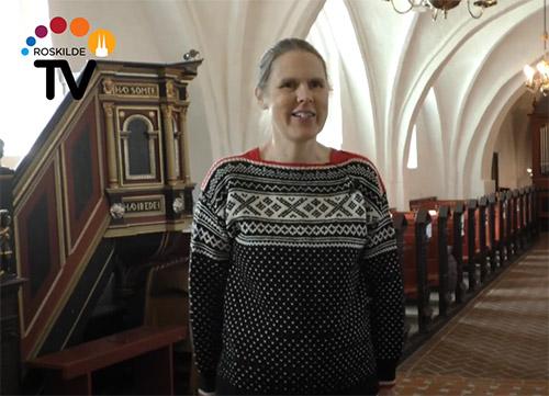 Skærmklip fra Roskilde TV af organist Linda